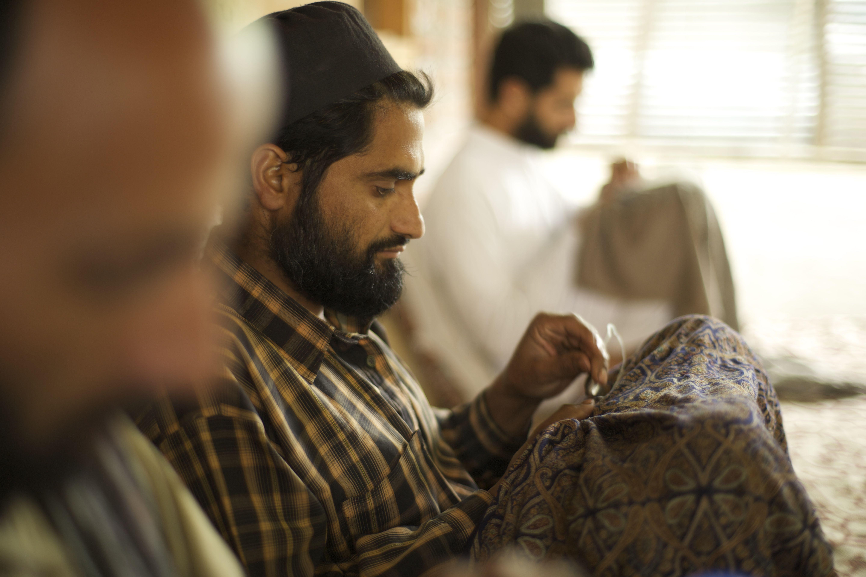 Un vrai pashmina en cachemire est entièrement réalisé à la main par des maitres artisans